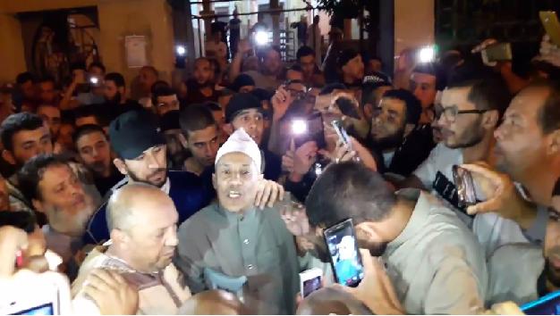 Le n 2 du fis ali belhadj se rend la mosqu e malgr son for Salon musulman 2017