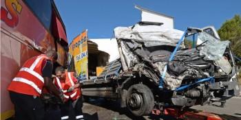 Un camion percute un autocar en provenance du...