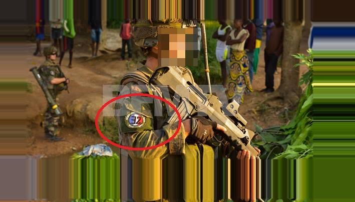 Centrafrique un soldat fran ais arbore une devise nazie for Portent un ecusson