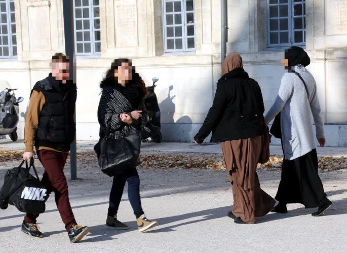 flash roubaix une femme voil e agress e prend un coup de poing dans la figure islam info. Black Bedroom Furniture Sets. Home Design Ideas