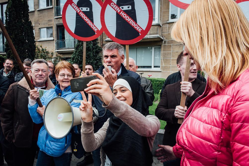 selfie islamophobie belgique femme voilée 5