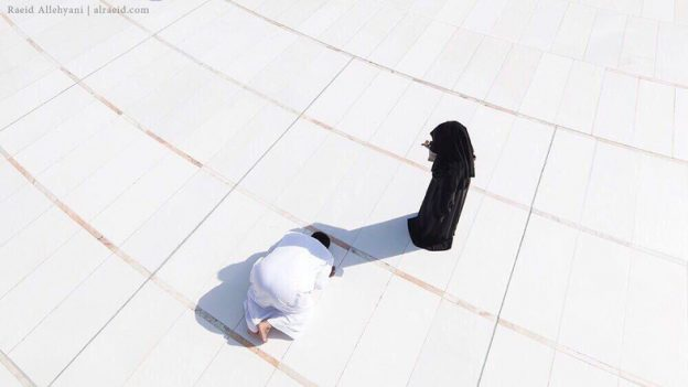 A La Mecque, pendant le hajj, sa femme cache ...