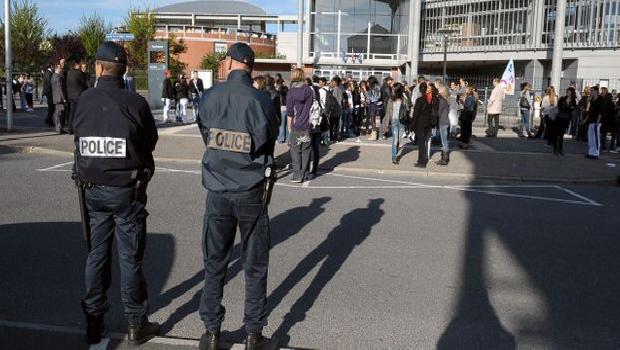 INTERVENTION POLICIÈRE DANS UN LYCÉE PARCE QU'UN ÉLÈVE PHOTOCOPIE DE L'ARABE !